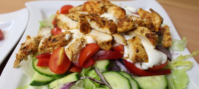 Sałatka z grillowanym kurczakiem i jogurtem greckim