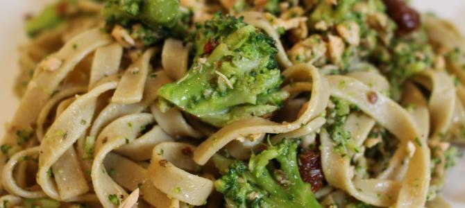 Pełnoziarniste tagliatelle z łososiem, brokułami i suszonymi pomidorami
