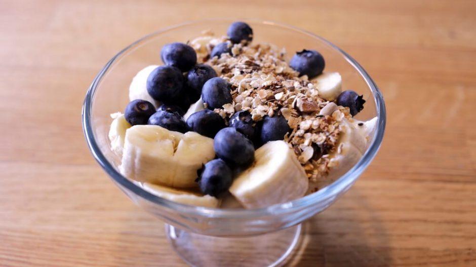 skyr z jogurtem naturalnym, owocami i musli